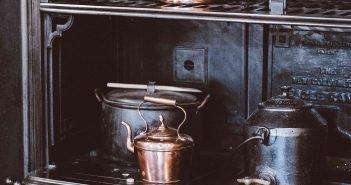 Une cuisinière au bois vintage noire