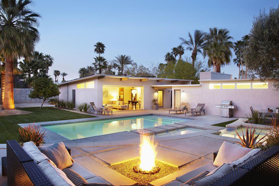 Terrasse de maison moderne avec piscine et brasero