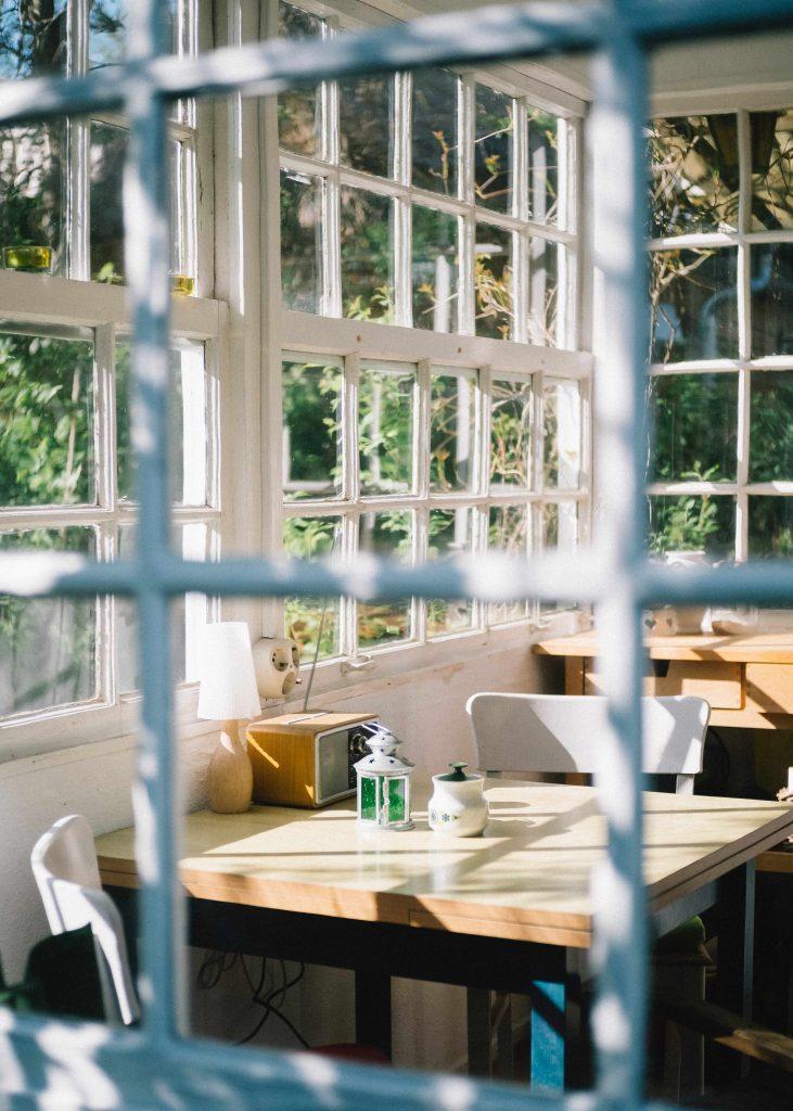 Une table de café installée dans une véranda ensoleillée
