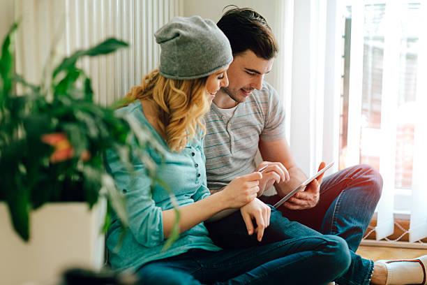 Couple qui consulte la performance énergétique de son système de chauffage
