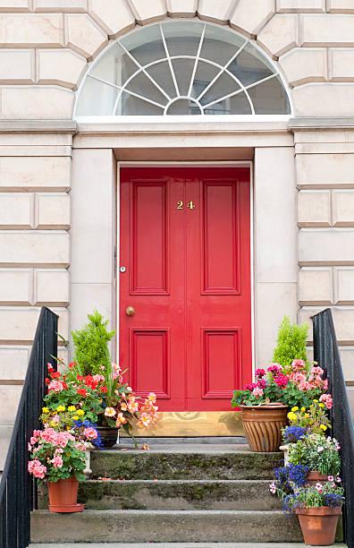 Porte d'entrée rouge avec bonne isolation thermique et phonique