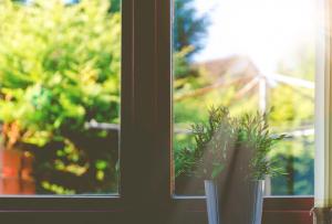 Fenêtre bien isolée d'une maison rénovée, prête à être mise en vente