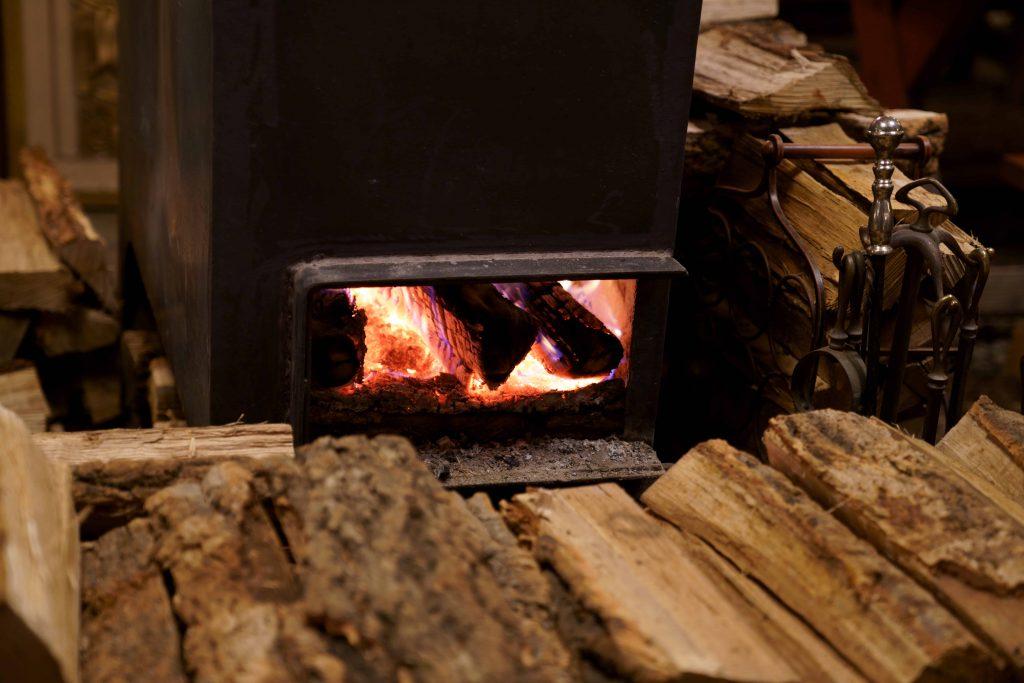 Un feu de bois dans un chauffage