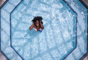 Baignade dans une piscine creusée